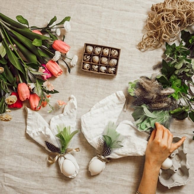 DIY Easter Table Decorations napkin bunny tulips